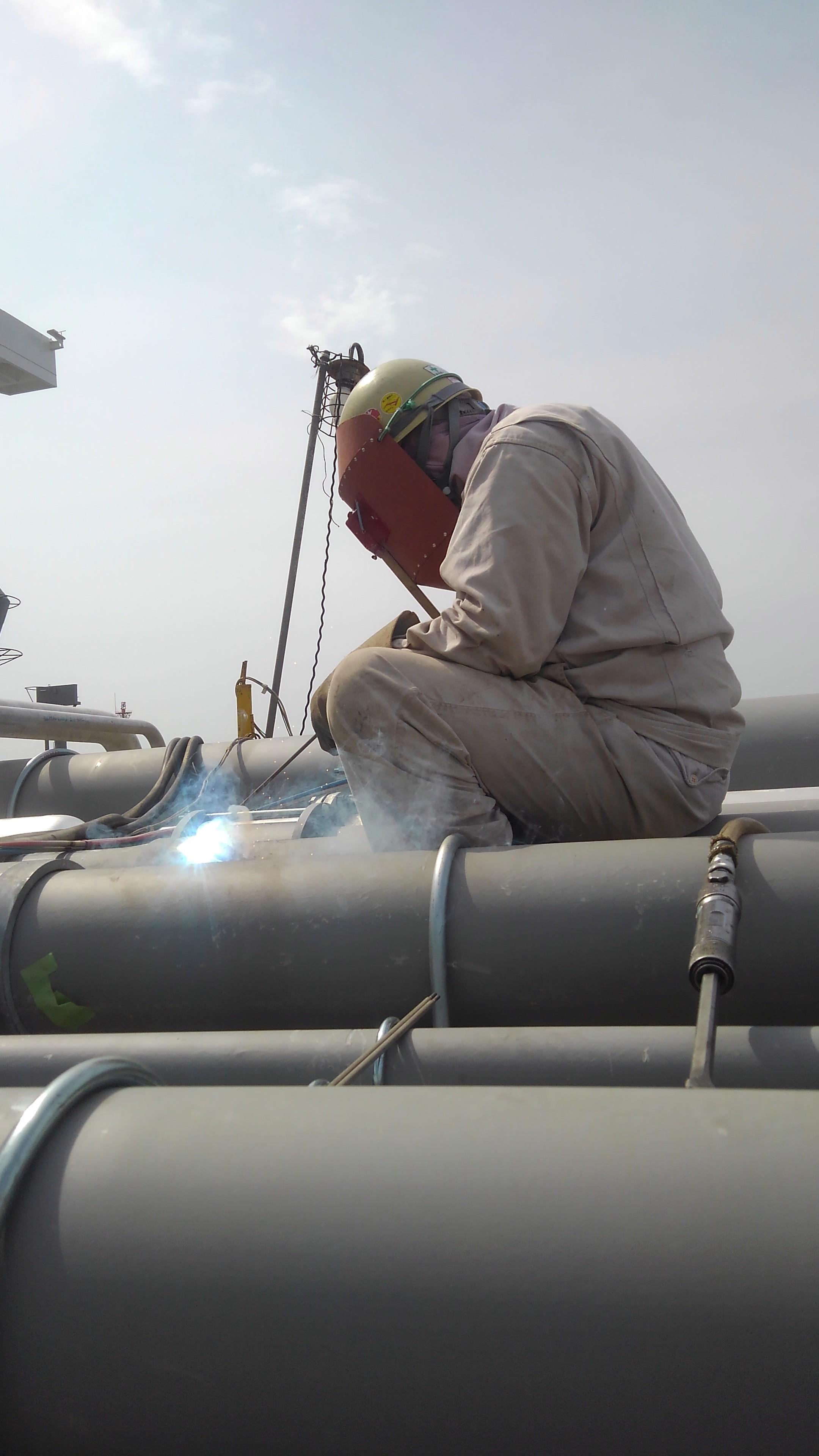 タンカー船上の配管溶接風景