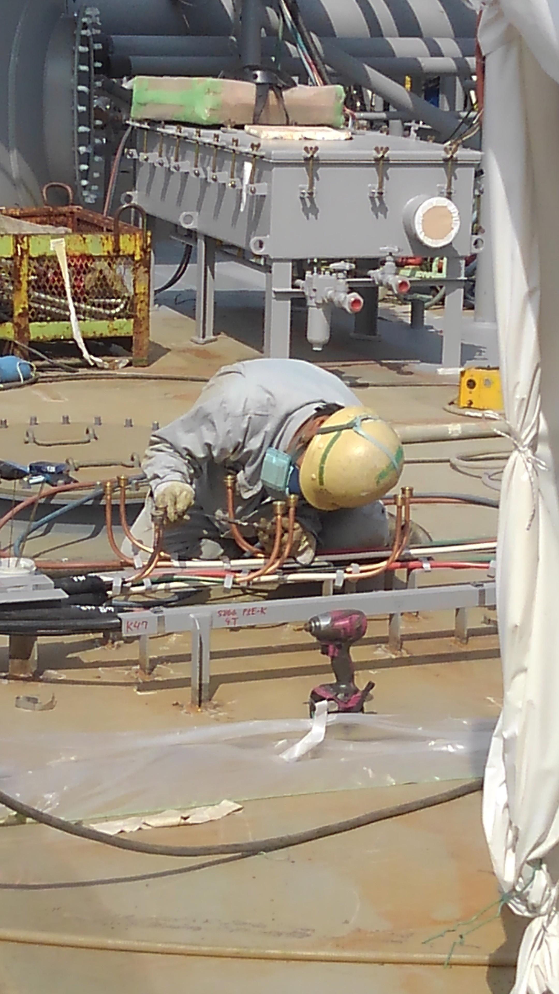 タンカー船上での配管溶接作業です